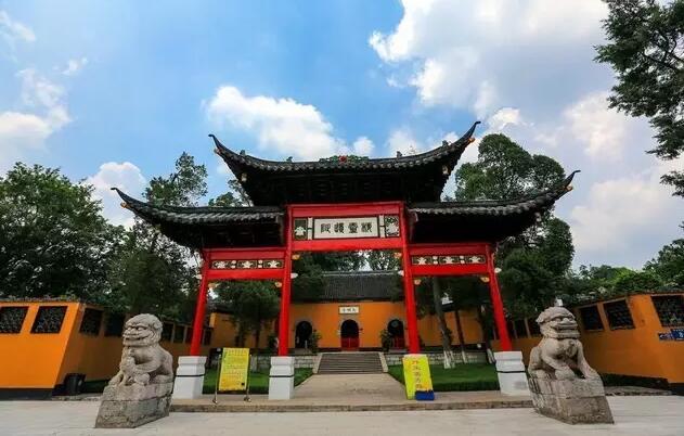 自然景观有登月湖风景区,石柱林奇景园,龙山竹海,扬州西郊森林公园等